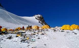 Les déchets laissés par les randonneurs et les alpinistes sur l'Everest sont de plus en plus nombreux. Ici, le camp 4, le 21 mai 2019.