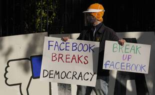 Un manifestant réclame le démantèlement de Facebook, le 21 novembre 2020 à San Francisco.