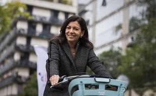 La maire de Paris Anne Hidalgo à vélo. (Illustration)