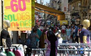 Des passants font les soldes à Bordeaux le 25 juin 2014
