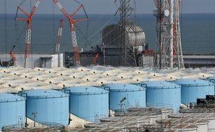 Cette photo prise le 3 février 2020 montre le bâtiment de trois réacteurs et les réservoirs de stockage pour l'eau contaminée de la centrale nucléaire de Fukushima Daiichi de Tokyo Electric Power Company (TEPCO) à Okuma, préfecture de Fukushima.