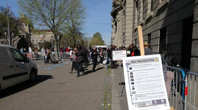 Dans les queues devant l'entrée de la préfecture, certaines personnes ont déjà attendu plusieurs jours, en vain. – B. Poussard / 20 Minutes.