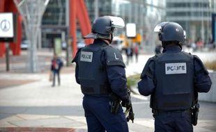 Des policiers patrouillent à La Défense, le 16 novembre 2015