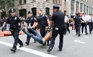 Des policiers new-yorkais portent un manifestant du mouvement Occupy Wall Street, le 24 septembre 2011.
