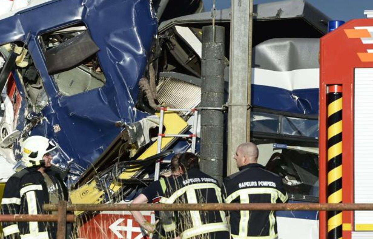 Les secours tentent d'aider les blessés à Granges-pres-Marnand, lieu de la collision entre deux trains dans l'ouest de la Suisse lundi 29 juillet 2013.  –  Laurent Gillieron/AP/SIPA