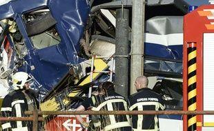 Les secours tentent d'aider les blessés à Granges-pres-Marnand, lieu de la collision entre deux trains dans l'ouest de la Suisse lundi 29 juillet 2013.