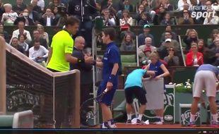 Stan Wawrinka félicite le ramasseur de balles avec qui il a échangé quelques coups à Roland-Garros le 29 mai 2016.