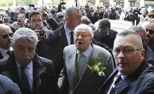 Jean-Marie Le Pen devant la statue de Jeanne d'Arc à Paris, le 1er mai 2018