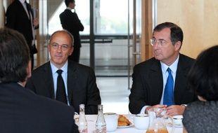 Les PDG d'Orange,  Stéphane Richard (G), et Bouygues, Martin Bouygues (D), lors d'une réunion au ministère de l'Économie, à Paris, le 17 juillet 2012.