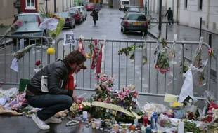 Les hommages se poursuivent devant les locaux de Charlie Hebdo ce vendredi 9 2015.