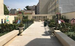 Le jardin situé rue Paul Bert est composé d'un espace bleu à gauche et d'un espace rose à droite.
