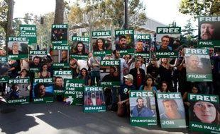 """La justice russe a annoncé qu'elle se prononcerait mardi sur des recours contre l'incarcération de militants de Greenpeace, placés en détention pour deux mois et qui encourent 15 ans de prison pour """"piraterie"""" après une action contre une plateforme pétrolière russe."""