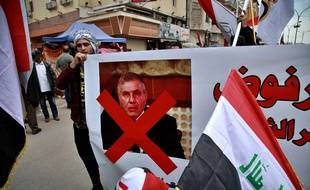 Des manifestants portent une pancarte contre le Premier ministre irakien désigné Mohammed Allawi, à Bagdad le 1er mars 2020.