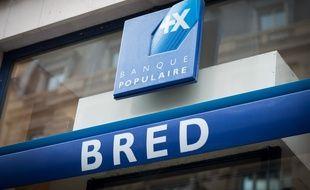 Illustration. Le 30 octobre 2018, à Paris (8). Le logo de la Banque populaire, au fronton d'une agence Bred.