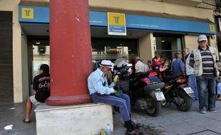 Des retraités grecs attendent devant une banque à Thessalonique le 2 juillet 2015