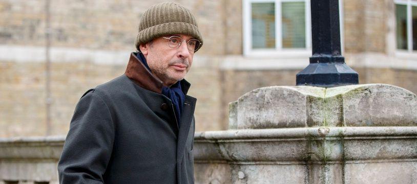 L'homme d'affaires Franco-algérien Alexandre Djouhri quitte le 13 janvier 2016 le commissariat de Londres où il doit pointer quotidiennement après son arrestation dans l'enquête sur des soupçons de financement libyen de la campagne de l'ex-président Nicolas Sarkozy.