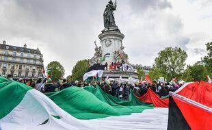 Un drapeau palestinien déployé lors du rassemblement place de la République à Paris le 22 mai 2021.