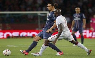 Zlatan Ibrahimovic en duel avec le Bordelais Ciani, le 26 août 2012 à Paris