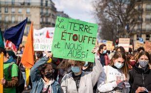 Des jeunes manifestent pour le climat à Paris le 19 mars 2021.