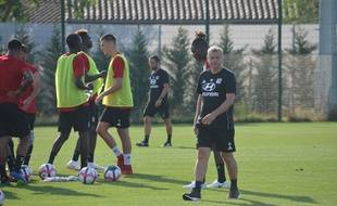 Bruno Genesio, ici au milieu de ses joueurs au centre d'entraînement de l'OL, durant la séance de mardi.