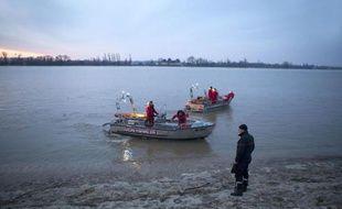 Les recherches suspendues samedi à 19H30 pour retrouver les trois disparus de l'accident d'hélicoptère en Gironde, dont un milliardaire chinois, ont repris dimanche matin dans les eaux de la Dordogne où des renforts techniques et humains sont attendus, a constaté une photographe de l'AFP.