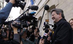 """Jean-Luc Mélenchon (Front de gauche) a """"souhaité le meilleur"""" à François Hollande et à """"notre pays"""" après la victoire du candidat PS dimanche à la présidentielle, estimant que """"son avantage lui donne les moyens d'agir""""."""
