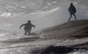 Un  homme et sa fille sur les rochers balayés par les vents de la tempête  tropicale Irene, à Peggy's Cove, en Nouvelle-Ecosse, au Canada, le  dimanche 28 août 2011.