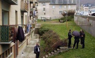 Deux adolescents étaient en garde à vue à Mende (Lozère) après la mort d'un enfant de neuf ans, tué par arme à feu mercredi après-midi au pied de leur immeuble du centre-ville, le procureur de la République privilégiant la piste accidentelle.
