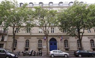 """Une centaine de syndicalistes, selon la CGT, une cinquantaine selon la direction, a envahi quelques heures le siège de l'AP-HP (Assistance publique-Hôpitaux de Paris) pour protester contre des """"suppressions d'emploi"""" et dénoncer le """"manque de dialogue social""""."""