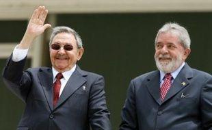Le président cubain Raul Castro a proposé jeudi d'échanger des dissidents à Cuba contre cinq Cubains détenus aux Etats-Unis pour espionnage, mais cette proposition a été aussitôt rejetée par Washington comme par les militants des droits de l'homme sur l'île.