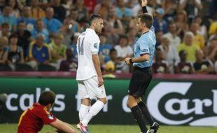 Jérémy Ménez averti par l'arbitre italien M.Rizzoli lors du quart de finale de l'Euro France-Espagne, le 23 juin 2012 en Ukraine.