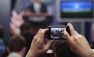 Une photo prise avec un smartphone, dans la foule.
