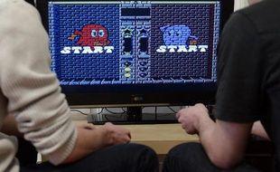 Des étudiants jouent au jeu vidéo Pac-Man à Strasbourg, le 12 février 2015