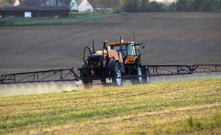 Illustration d'un tracteur d'épandage de pesticides, ici dans un champ de la Sarthe.