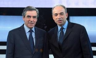 Les tractations se sont poursuivies jeudi, en coulisses, entre proches des deux rivaux de l'UMP, Jean-François Copé et François Fillon, avant la consultation des parlementaires sur un nouveau vote pour la présidence du parti d'ici juin 2013, programmée mardi mais que certains, dans chaque camp, aimeraient éviter.