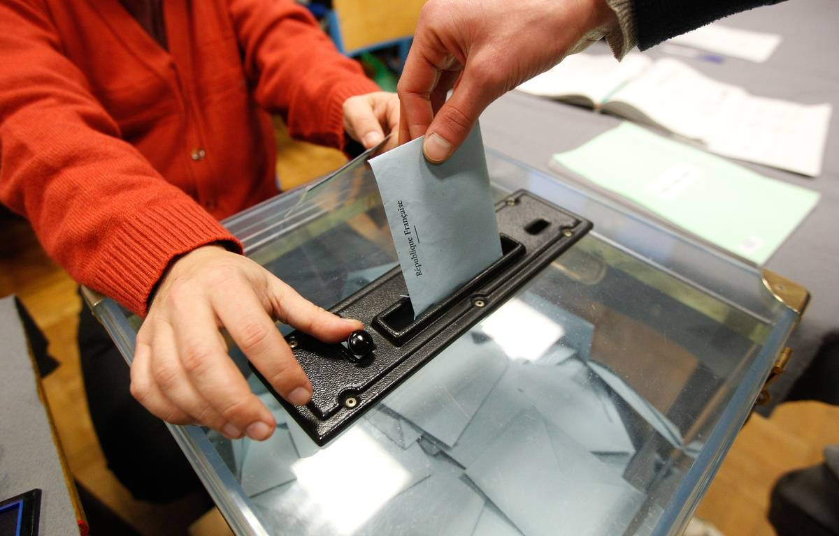 Illustration d'un bulletin de vote déposé dans une urne. – FABRICE ELSNER/20MINUTES