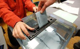 Illustration d'un bulletin de vote déposé dans une urne.