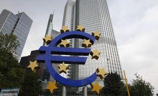 L'agence de notation Standard and Poor's estime jeudi que l'économie de la zone euro risque d'entrer dans une phase persistante de croissance morose dans un contexte de politique de désendettement et d'affaiblissement de l'économie mondiale.