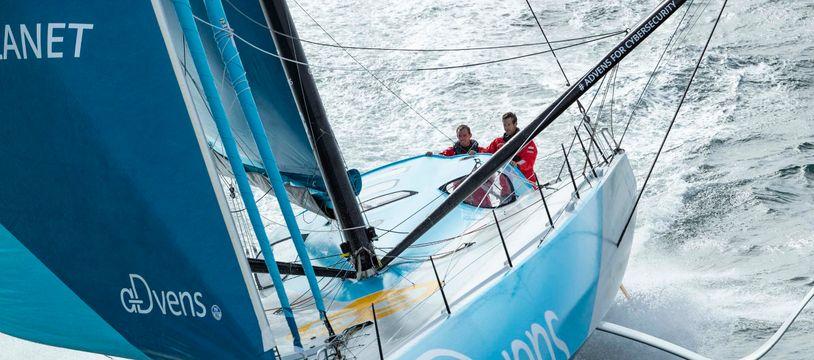 Thomas Ruyant et Antoine Koch à la barre de leur monocoque.