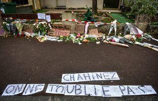 Des gens ont déposé des fleurs et des panneaux de soutien devant la maison de Chahinez, une française de 31 ans, mère de trois enfants, brûlée vive par son mari, à Mérignac.