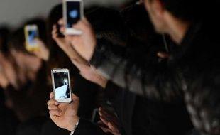 Le public de la fashion Week sort son smartphone.