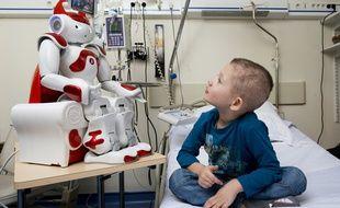 Grâce au robot avatar NAO, les enfants hospitalisés pendant longtemp peuvent rester en contact avec l'école et la maison.