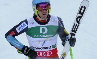 L'Américain Ted Ligety, tenant du titre, a survolé la 1re manche du slalom géant des Mondiaux de ski alpin, reléguant le Norvégien Aksel Lund Svindal à 1 sec 30 et l'Autrichien Marcel Hirscher à 1 sec 31, vendredi matin à Schladming (Autriche).