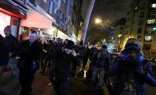 Des manifestants hostiles à Dieudonné ont fait face jeudi soir à des soutiens du polémiste dans le quartier de son fief parisien, le Théâtre de la Main d'Or dans le XIe arrondissement, en présence d'un très important dispositif policier.