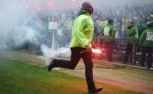 Un fumigène enlevée de la palouse lors de Nantes-Bordeaux en avril dernier.