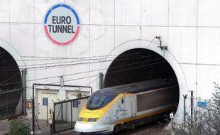 Un Eurostar sort de l'Eurotunnel, le tunnel sous la Manche, entre la France et le Royaume-uni, le 10 avril 2014 à Coquelles (Pas-de-Calais)