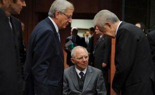 La zone euro a décidé de se tourner mardi soir davantage vers le FMI pour l'aider à enrayer la crise de la dette, après avoir réalisé qu'elle n'aurait pas seule les moyens de faire face, son Fonds de secours financier devant être doté d'une puissance de feu inférieure aux attentes.