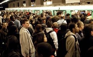 Une foule de Franciliens tentent d'entrer dans un métro à Paris un jour de grève (Photo illustration).