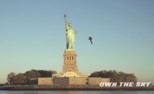 Un homme vole près de la statue de la Liberté aux commandes d'un jetpack.