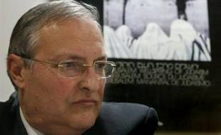 """The director of the Simon Wiesenthal Center, Dr. Efraim Zuroff from Israel, gestures during a press conference to present the """"Last Chance"""" operation aimed at pursuing and put to trial still hidden nazis in Latin America, at the AMIA building in Buenos Aires on November 27th 2007. AFP PHOTO/Juan MABROMATA"""